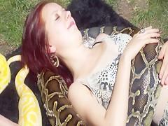 Chicas entre serpientes